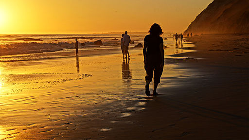 Sunset walk | Foto: Damian P. Gadal via wikimedia commons